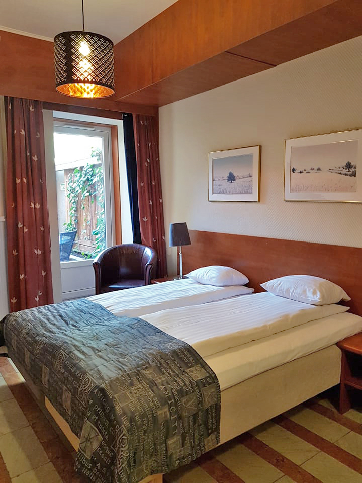 Twin Bed Hotel Room: Twin Beds And Garden Access